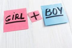 Las etiquetas engomadas rosadas y azules con la muchacha más muchacho mandan un SMS Fotografía de archivo