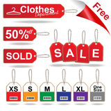 Las etiquetas rojas de la venta, la etiqueta con la talla y la ropa cosida de la etiqueta fijaron el ejemplo del vector Fotos de archivo
