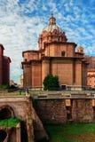 Las excavaciones arqueológicas romanas coexisten pacífico con las iglesias medievales majestuosas Imagen de archivo libre de regalías