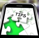 Las extremidades Smartphone muestran avisos y la dirección de Internet Fotografía de archivo libre de regalías