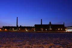 Las fábricas industriales en la batería de río Neva. Fotos de archivo libres de regalías