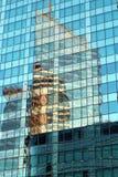 Las fachadas de cristal de la defensa del La resumen reflexiones en el edificio de oficinas moderno en el distrito financiero de  imagenes de archivo