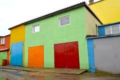 Las fachadas de los garajes pintados en colores brillantes Kaliningrado Imagen de archivo libre de regalías
