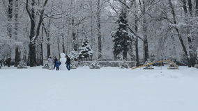 Las familias con un niño hacen un muñeco de nieve metrajes