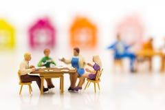 Las familias miniatura están celebrando, comiendo juntas feliz Utilizado en el concepto de festival de la familia Imagen de archivo libre de regalías