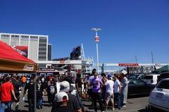 Las fans de lucha Cosplay tienen estacionamiento del chupar rueda de la diversión antes de th Imágenes de archivo libres de regalías