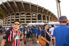 Las fans tailandesas esperaban el partido de fútbol Foto de archivo libre de regalías
