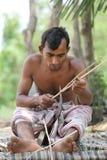 Las fans tradicionales de la mano se hacen en Cholmaid en la unión de Dhaka's Bhatara después de traer las materias primas de M fotos de archivo