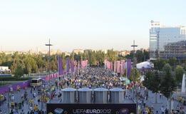 Las fans van al partido del EURO 2012 en Donetsk en la arena de Donbass Foto de archivo