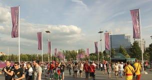 Las fans van al partido del EURO 2012 en Donetsk en la arena de Donbass Imágenes de archivo libres de regalías