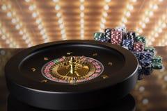 Las fichas de póker, ruleta ruedan adentro el movimiento, fondo del casino foto de archivo