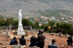Las fieles católicas del peregrino ruegan a la Virgen Mary Medjugorje Bosnia Herzegovina Fotografía de archivo libre de regalías