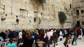 Las fieles judías de las mujeres ruegan en la pared que se lamenta Foto de archivo