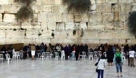 Las fieles judías de las mujeres ruegan en la pared que se lamenta Foto de archivo libre de regalías