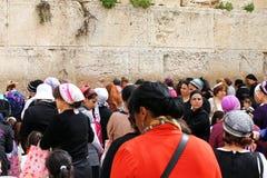 Las fieles judías (mujeres) ruegan en la pared que se lamenta Fotos de archivo