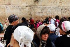 Las fieles judías (mujeres) ruegan en la pared que se lamenta Fotografía de archivo