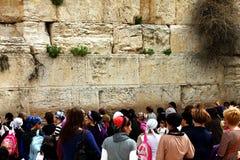Las fieles judías (mujeres) ruegan en la pared que se lamenta Foto de archivo
