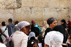 Las fieles judías (mujeres) ruegan en la pared que se lamenta Imágenes de archivo libres de regalías