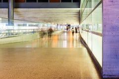 Las figuras borrosas de la gente van abajo del pasillo Fotografía de archivo libre de regalías