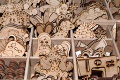 Las figuras de la madera contrachapada del colorante del ` s de los niños en las fuentes del arte hacen compras para el artista Fotografía de archivo libre de regalías