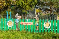 Las figuras de madera hermosas adornan la cerca de la casa rural Fotos de archivo libres de regalías