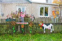 Las figuras de madera hermosas adornan la cerca de la casa rural Fotografía de archivo libre de regalías