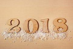 Las figuras de madera de la Feliz Año Nuevo 2018 encienden nieve de madera del fondo Fotografía de archivo libre de regalías