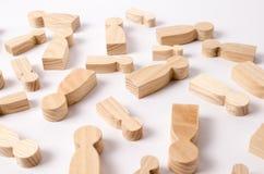 Las figuras de madera de la gente están mintiendo en un fondo blanco La búsqueda para la segunda mitad Red social Negocios foto de archivo libre de regalías