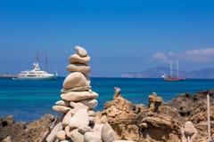 Las figuras de piedra en la orilla de la playa de Illetes varan en Formentera Imágenes de archivo libres de regalías