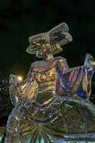 Las figuras del Año Nuevo del hielo en el cuadrado de ciudad en la noche imagenes de archivo