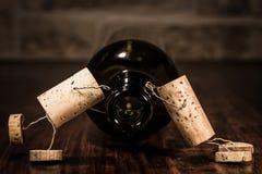 Las figuras del corcho del vino, concepto demasiado vino hacen enfermedad Fotografía de archivo