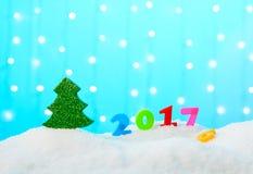 Las figuras en 2017 están en la nieve Imagen de archivo libre de regalías