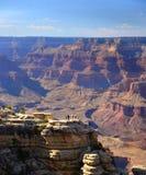 Las figuras humanas minúsculas pusieron el paisaje de Grand Canyon en perspectiva en el borde del sur de Grand Canyon, Arizona Foto de archivo
