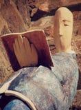 """Las figuras medievales de cerámica se sientan en una pared en el """"de ToruÅ, Polonia imagen de archivo"""