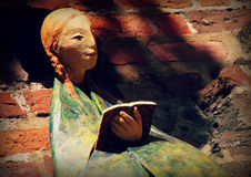 """Las figuras medievales de cerámica se sientan en una pared en el """"de ToruÅ, Polonia fotos de archivo"""