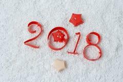 Las figuras se cortan del papel en la nieve Imágenes de archivo libres de regalías