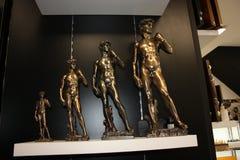 Las figurillas de bronce de David de Miguel ?ngel arreglaron en fila imagen de archivo libre de regalías
