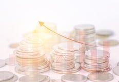 Las filas acuñan para el concepto de las finanzas y de las actividades bancarias en el fondo blanco, Imagen de archivo libre de regalías