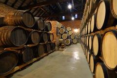Las filas de barriles alcohólicos se guardan en existencia destiler?a Co?ac, whisky, vino, brandy Alcohol en barriles, alcohol foto de archivo libre de regalías