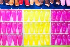 Las filas de globos coloridos arreglaron para los dardos de la arcada de un juego de la habilidad Fotos de archivo