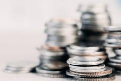 Las filas de la moneda y el gráfico del mercado de acción negocian Fotos de archivo libres de regalías