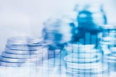Las filas de la moneda y el gráfico del mercado de acción negocian Foto de archivo libre de regalías
