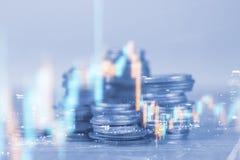 Las filas de la moneda y el gráfico del mercado de acción negocian el indicador financiero Fotografía de archivo
