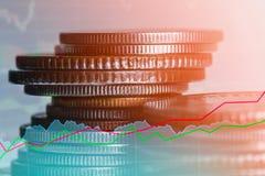 Las filas de la moneda y el gráfico del mercado de acción negocian el indicador financiero Imagen de archivo