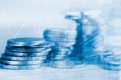Las filas de la moneda y el gráfico del mercado de acción negocian el indicador financiero Fotos de archivo libres de regalías