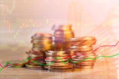 Las filas de la moneda y el gráfico del mercado de acción negocian el indicador financiero Foto de archivo