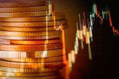 Las filas de la moneda y el gráfico del mercado de acción negocian el indicador financiero Fotografía de archivo libre de regalías