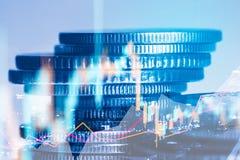 Las filas de la moneda y el gráfico del mercado de acción negocian el indicador financiero Imágenes de archivo libres de regalías