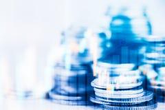 Las filas de la moneda y el gráfico del mercado de acción negocian el indicador financiero Imagen de archivo libre de regalías