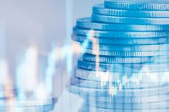 Las filas de la moneda y el gráfico del mercado de acción negocian el indicador financiero Fotos de archivo